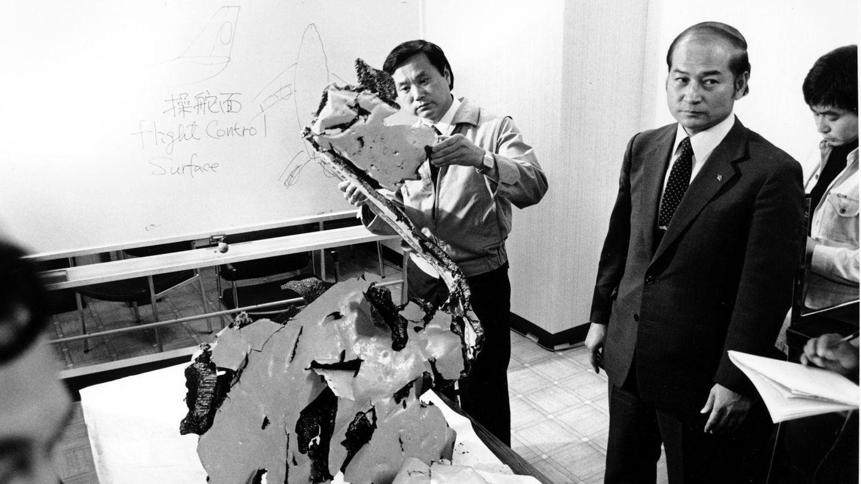 269 Menschen sterben am 1. September 1983 beim Abschuss einer Boeing 747 der Korean Air Lines westlich der russischen Insel Sachalin. Die Maschine befindet sich auf dem Weg von New York über Anchorage in die südkoreanische Hauptstadt Seoul, als sie vom Kurs abkommt und zuerst die Halbinsel Kamtschatka überfliegtund damit sowjetischen Luftraum verletzt. Später überfliegt der Jumbojet Sachalin. Das sowjetische Militär stuft das Flugzeug als feindliches militärisches Ziel ein und entsendet Abfangjäger. Als sich die 747 wieder internationalem Luftraum nähert, wird der Befehl zum Abschuss erteilt. Der Abschuss sorgt für Spannungen zwischen den USA und der Sowjetunion.  Auf diesem Archivfoto vom 12. September 1983 untersucht der Leiter der Beschaffungsabteilung von Korean Air Lines, Suk Jin-Ku, ein Stück Flugzeugtrümmer auf der Polizeistation Wakkania in Japan.