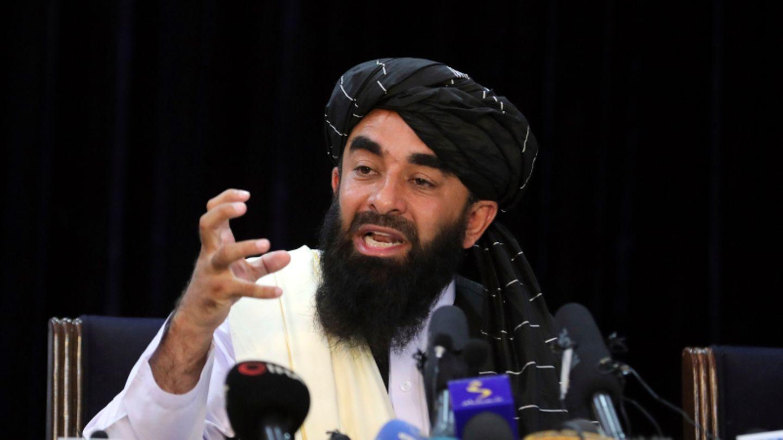Sabiullah Mudschahid, Sprecher der Taliban, spricht auf seiner ersten Pressekonferenz in Kabul