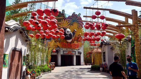 Park-Mitarbeiter stehen vor dem Eingang zum Kung Fu Panda-Gebäude in den Universal Studios in Peking