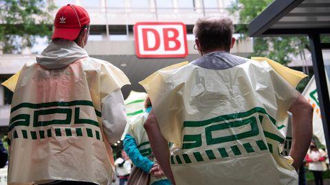 Mitglieder der Gewerkschaft Deutscher Lokomotivführer (GDL) nehmenan einer Protestkundgebung teil.