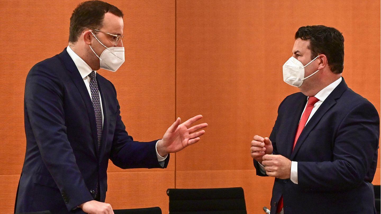 Gesundheitsminister Spahn (l.) und Arbeitsminister Heil sind unterschiedlicher Meinung zur Impfabfrage am Arbeitsplatz