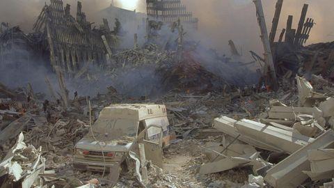 Eine staubbedeckte Ambulanz in den Trümmern