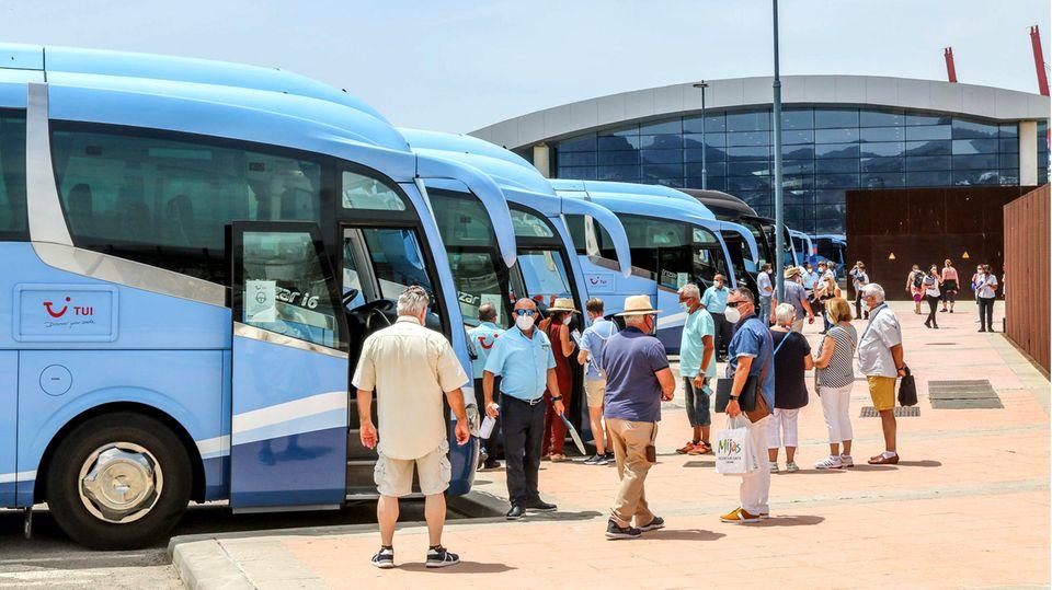 Busse warten auf Pauschalreisende