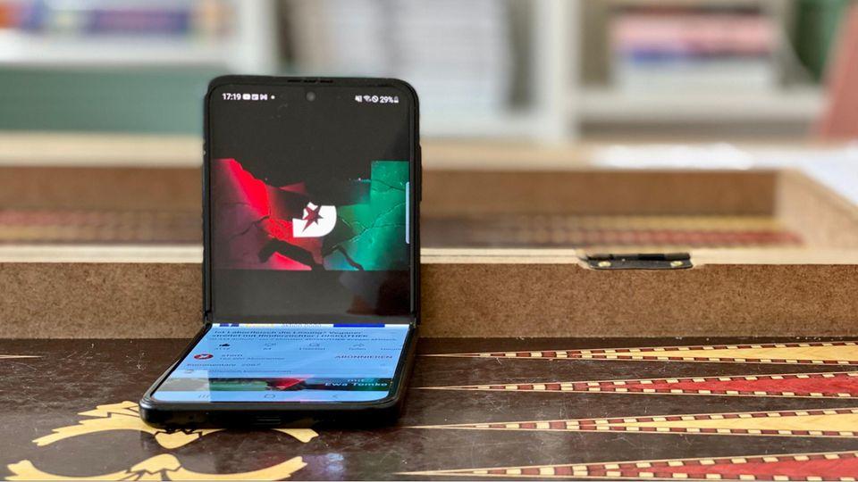 Falt-Smartphone: Einmal falten, bitte: Das Galaxy Z Flip3 lässt sich auch halb zugeklappt nutzen