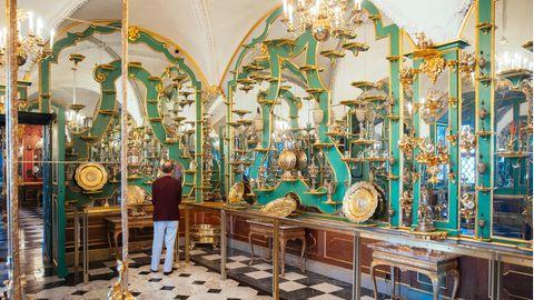 Ein Besucher schaut sich im Juwelenzimmer des Historischen Grünen Gewölbes im Residenzschloss um