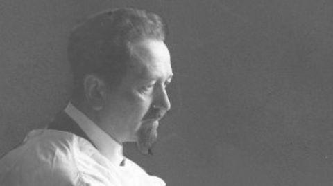 Das Schwarz-Weiß-Foto zeigt den Biologen Rudolf Weigl im Labor
