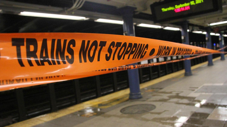 Ein oranges Absperrband mit schwarzer Schrift informiert auf einem Metro-Bahnsteig darüber, dass Züge hier nicht halten