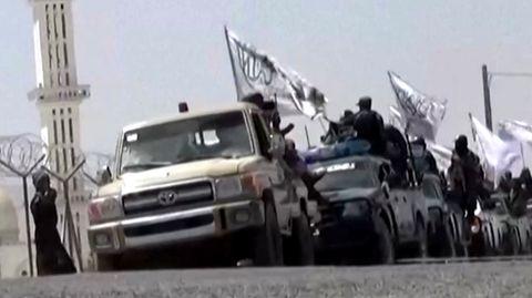 Taliban zeigen in pompöser Parade, was sie von der US-Armee erbeutet haben