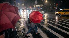 Ungemütliches Wetter für den Weg zur Arbeit: Fußgänger suchen in der Nähe des Columbus Circle während des Unwetters Schutz.