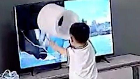 Misslungene Hilfestellung - Zweijähriger will Superhelden helfen und richtet großen Schaden an
