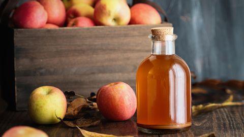Hautpfelge: Eine Flasche mit Apfelessig