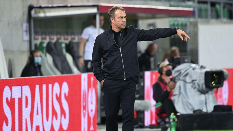 Bundestrainer Hansi Flick gibt Anweisungen während des Spiels