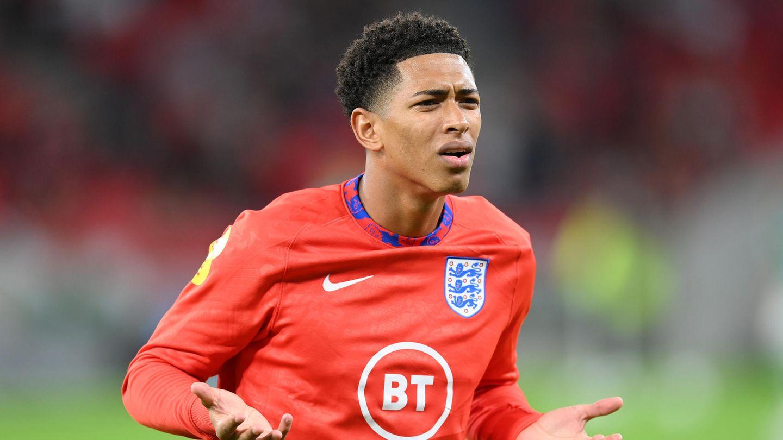 Ein farbiger Mann im roten Trikot des englischen Fußball-Nationalteams macht ein fragendes Gesicht