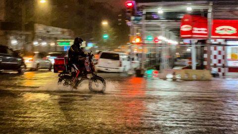 Lieferfahrer auf einem Fahrrad im Regen von New York