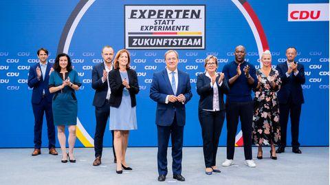 """Armin Laschet (M.), CDU-Parteichef und Kanzlerkandidat der Union, und sein """"Zukunftsteam"""" im Bundestagswahlkampf"""