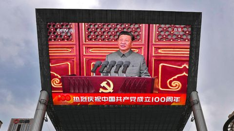 Die Rede von Chinas Präsident Xi Jinping wird auf einem Screen übertragen. China reguliert weiter die Ausstrahlung im TV.