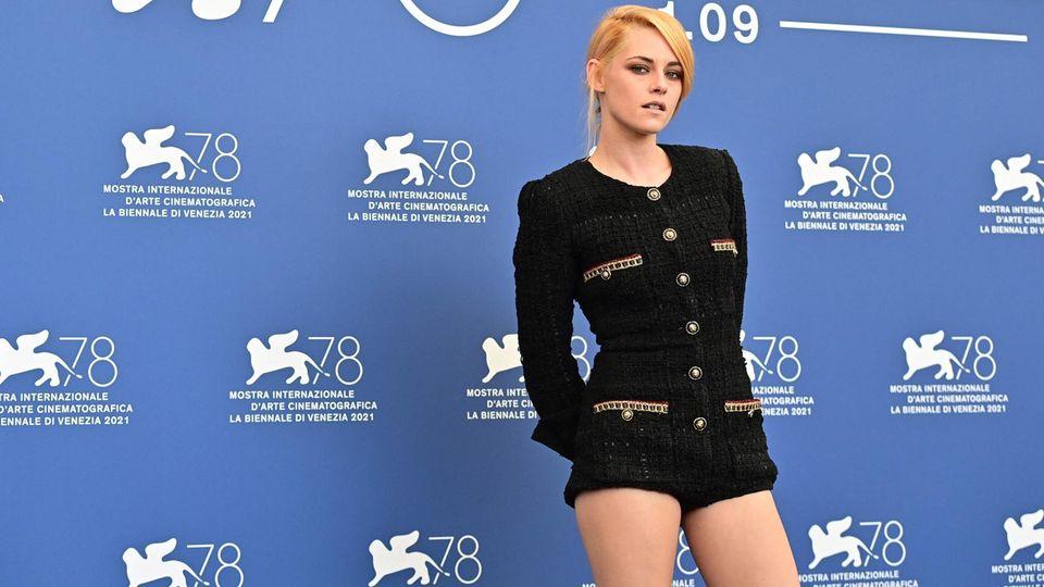 Kristen Stewart posiert in Venedig für die Kameras.