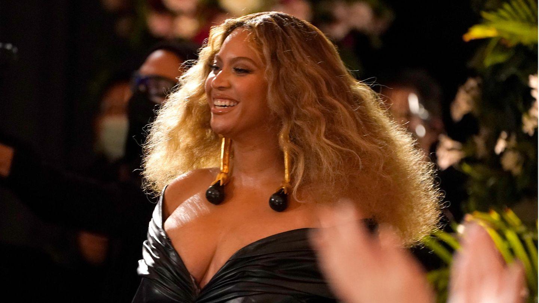 """5. September  Superstars gratulieren Beyoncémit gemeinsamem Video zum 40. Geburtstag  In einem gemeinsamen Video haben Hollywoodstars, Musiker, Sportler, Politiker und sogar Amerikas First Lady der Pop-Ikone Beyoncé zum 40. Geburtstag gratuliert. """"Du hast so vielen Künstlerinnen den Weg geebnet, ich bewundere dich"""", sagte zum Beispiel die US-Sängerin Taylor Swift in dem vier Minuten langen Clip, den das Modemagazin """"Harper's Bazaar"""" am Samstag - Beyoncés Ehrentag - auf seiner Internetseite veröffentlichte(Der Link funktionierte am Sonntagmittag nicht, vermutlich wegen des zu hohen Interesses daran).In dem Video traten rund 20 Prominente auf. """"Du bist ein Geschenk für diese Welt"""", sagte die Schauspielerin und Emmy-Preisträgerin Kerry Washington. Die Kongressabgeordnete Maxine Waters dankte Beyoncé für die Unterstützung, die sie anderen Frauen gebe. Der Talkshow-Star Oprah Winfrey versprach Beyoncé, mit 40 begännen die schönsten Lebensjahre. """"Alles Gute"""", rief Jill Biden, die Frau des amerikanischen Präsidenten Joe Biden, in die Kamera.Beyoncé, von ihren Fans """"Queen Bey"""" genannt, räumte mehr Grammys als jede andere Frau in der Geschichte der Musik ab und sang schon bei der Amtseinführung des früheren US-Präsidenten Barack Obama sowie beim Super Bowl. Zudem engagiert sich Beyoncé im Kampf gegen Rassismus in den USA und ist dafür bekannt, junge Künstlerinnen zu fördern."""