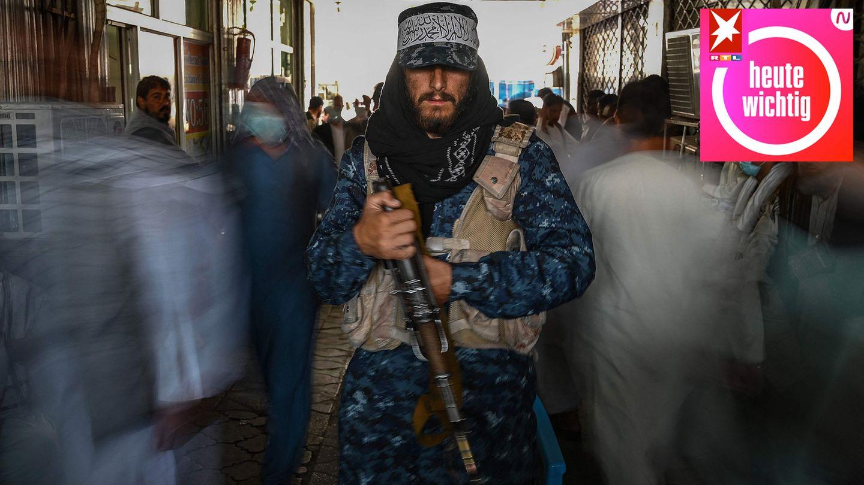 Ein Taliban-Kämpfer steht auf einem Markt in Kabul Wache