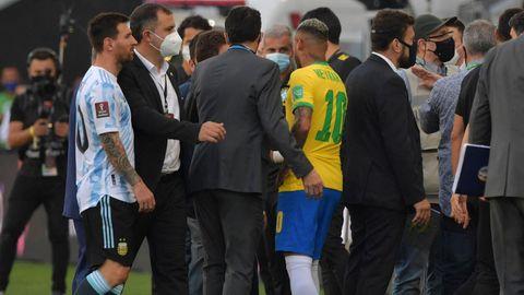 Lionel Messi und Neymar im Pulk der Mitarbeiter der Gesundheitsbehörde