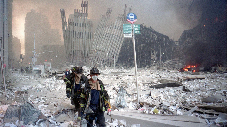 Feuerwehrleute bahnen sich einen Weg durch die Trümmer nach dem Zusammensturz der Twin Towers