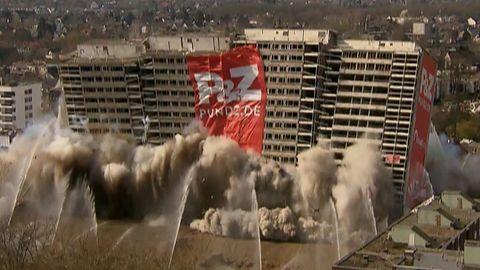 """Gebäudesprengung in Duisburg: Das Asbest-Hochhaus """"Weiser Riese"""" wird gesprengt"""
