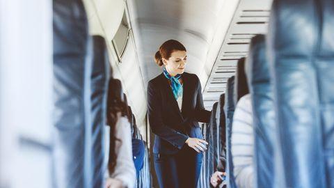 Flugbegleiterin an Bord eines Flugzeugs