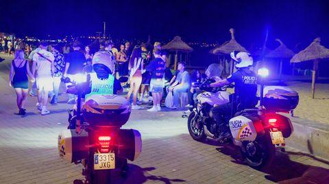 Touristen feiern am Ballermann ohne Einhaltung der coranabedingten Mindestabstände und ohne Masken