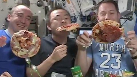 ISS - Besatzung veranstaltet eine Pizzaparty in 400 Kilometer höhe
