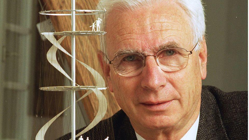 Jörg Schlaich vor seinem Modell des Killesberg-Turms. Am Samstag ist der Bauingenieur gestorben.