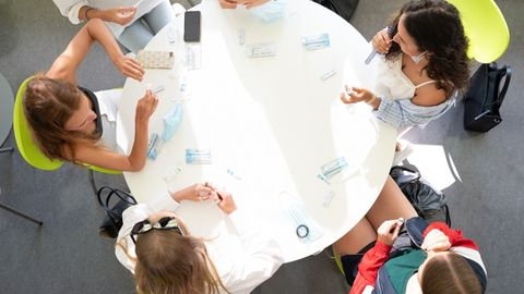 Schülerinnen einer 12. Klasse testen sich auf das Coronavirus am ersten Schultag nach den Sommerferien