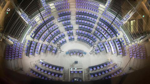Das leere Plenum des Deutschen Bundestags im Reichstagsgebäude
