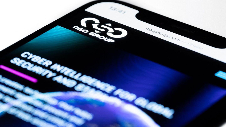 Die Website der Firma NSO aus Israel auf dem Display eines Smartphones.