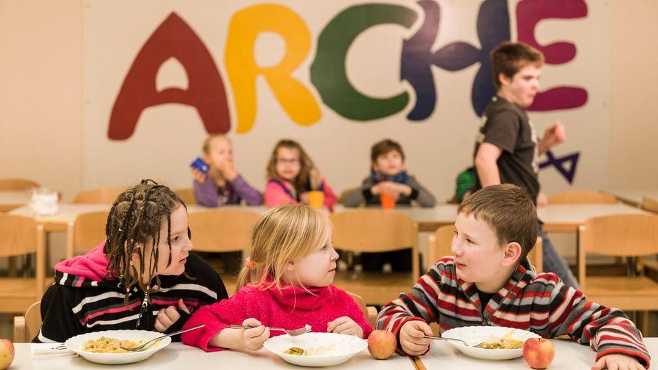 """Tischgespräch in der Berliner """"Arche"""". Essen gibt es natürlich auch"""
