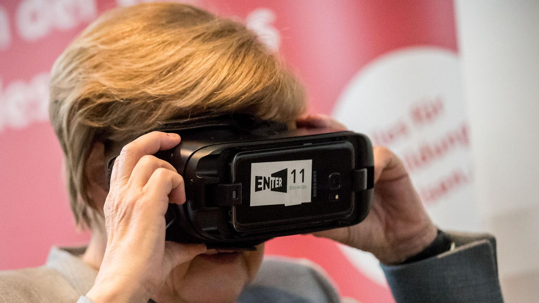 Bundeskanzlerin Angela Merkel (CDU) mit einer VR-Brille