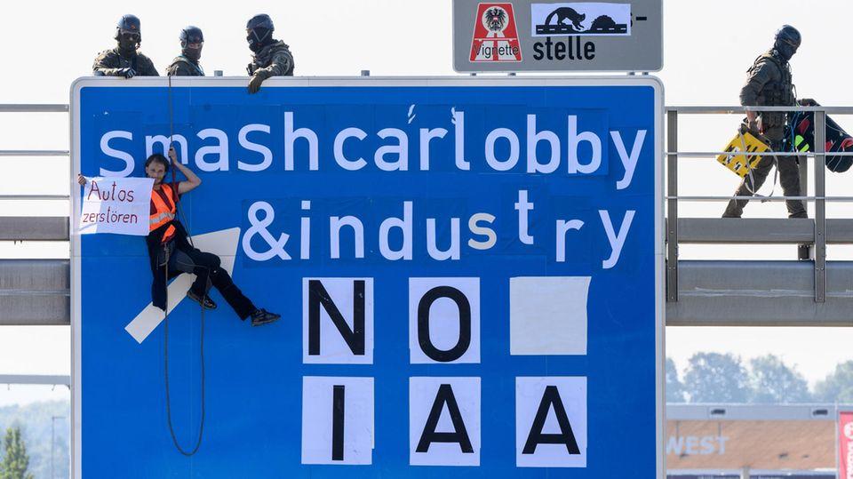 In diesem Jahr steht die IAA wieder voll im Fokus von Umweltaktivisten, die gegen die Autoindustrie demonstrieren