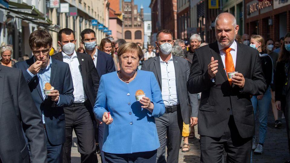 Zum Abschied ein Eis: Kanzlerin Merkel und Wahlkreiskandidat Günther in Stralsund