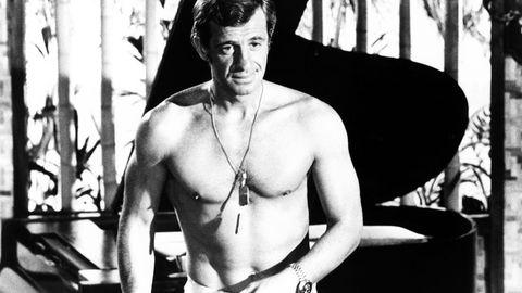 """Das französische Kino hat einen seiner größten Stars verloren. Jean-Paul Belmondo verstarb im Alter von 88 Jahren. """"Bébel"""", so sein Spitzname, wurde zunächst mit Filmen der Nouvelle Vague bekannt, ehe er sich einen Ruf als Actionstar aufbaute und selbst zur Marke wurde: In den 70er und 80er Jahren ging man ins Kino, um den neuen """"Belmondo"""" zu sehen - was zumeist Spannung mit einer Prise Humor versprach."""