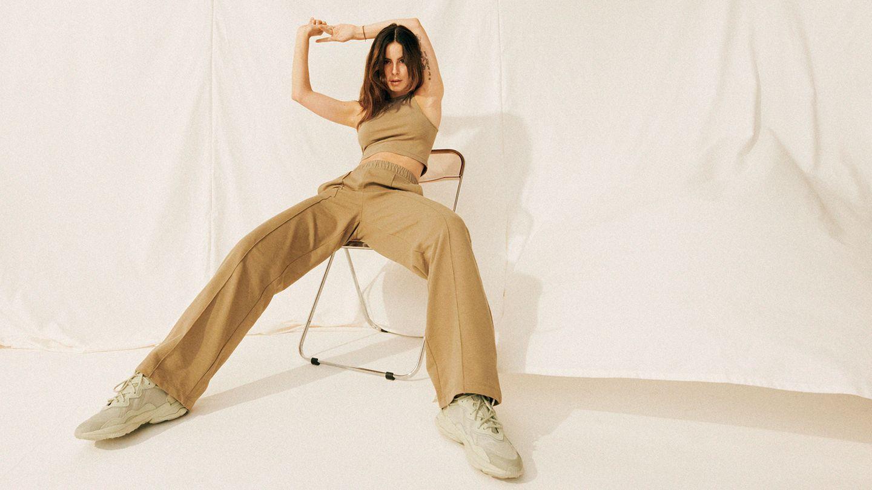 Die Sängerin Lena Meyer-Landrut auf einem Stuhl sitzend.