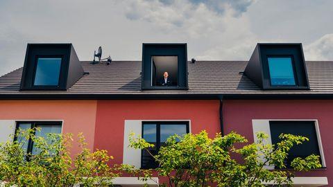 """Kein Keller, keine Extrawünsche: Carsten Rutz, Vorstandschef der Deutschen Reihenhaus AG, im Dachgeschoss des Modells """"Familienglück"""""""