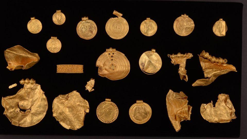 Ein 1500 Jahre alter 22-teiliger Goldschatz, bestehend aus fein dekorierten Medaillons