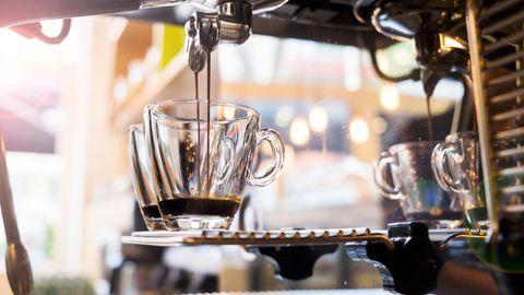 De'Longhi Magnifica S: Espresso läuft in zwei Tassen.