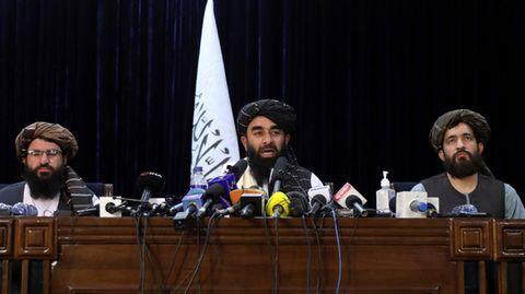 Taliban-Sprecher Sabiullah Mudschahid (M.),hier Mitte August auf einer Pressekonferenz in Kabul, verkündete die ersten Namen der Regierungsmitglieder der Islamisten