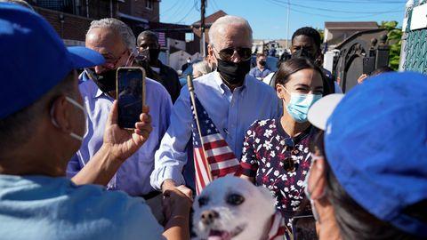 Joe Biden (M), Präsident der USA, unterhält sich mit Menschen