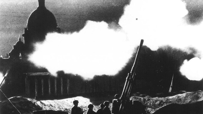 1942 - Flugabwehrgeschütz vor der Isaakskathedrale in Leningrad