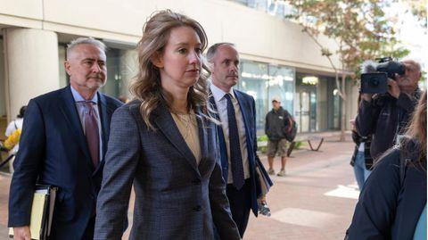 Elizabeth Holmes beim Prozessauftakt