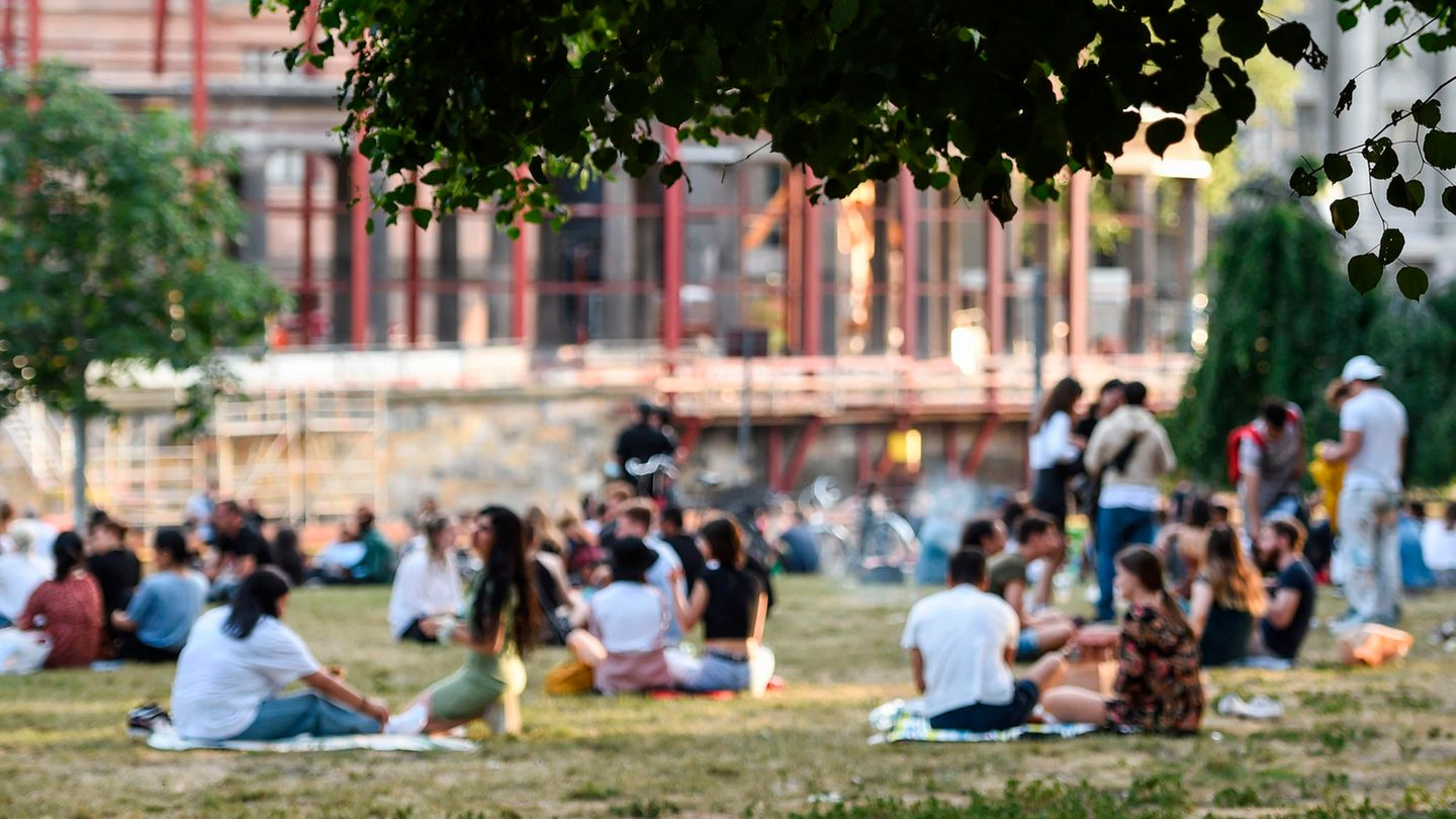 New Corona guideline values Incidence hospitalization rate: People sitting in a Berlin park