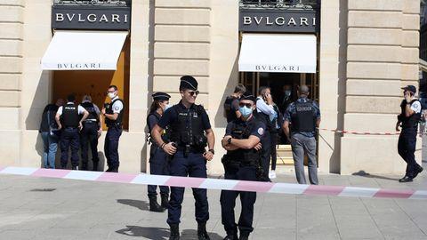 Polizisten vor der Bulgari-Filiale