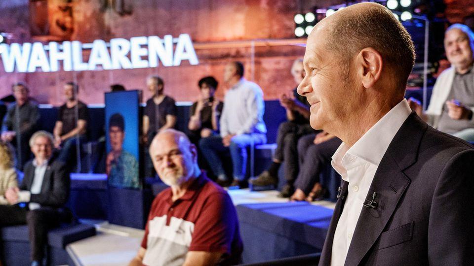 SPD-Kanzlerkandidat betritt lächelnd die ARD-Wahlarena in Lübeck