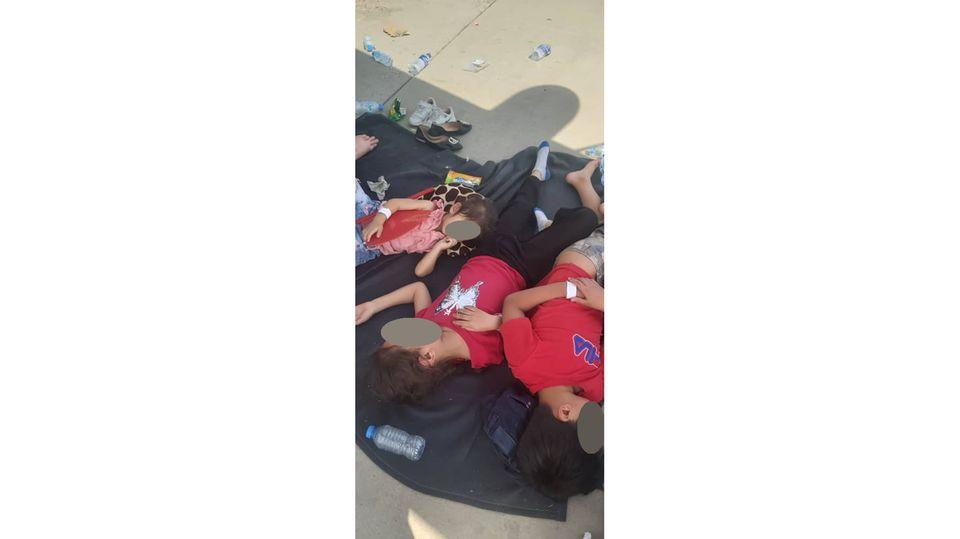 Auf dem Flughafen Kabul mussten die drei Kinder der Familie auf dem Rollfeld schlafen